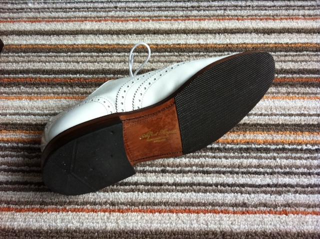 革靴のソールは、革底で履くべきか、ゴム底を貼るべきか。