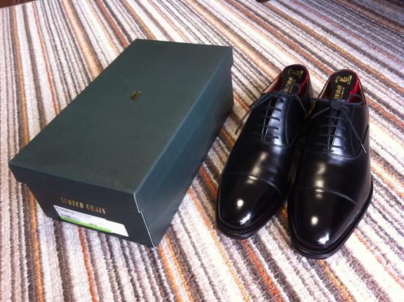 箱と革靴の写真