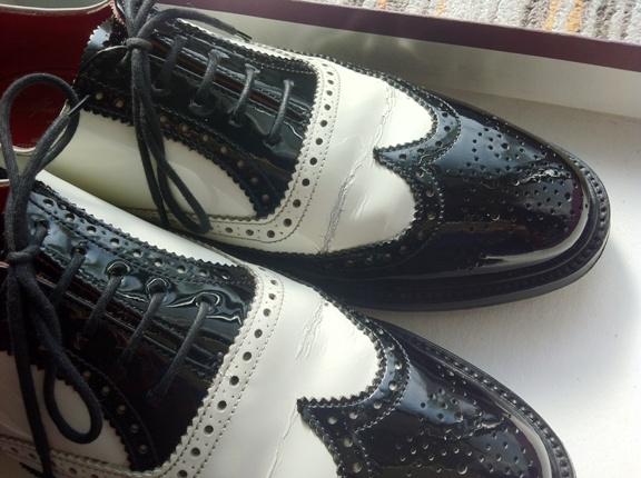 エナメル革靴のヒビ割れを避けるには、最初のサイズ選びが重要。